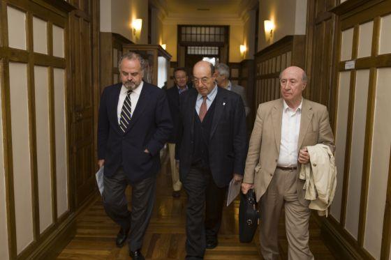 El presidente de la Fundación Santillana y del Grupo PRISA, Ignacio Polanco; el rector de la UIMP, Salvador Ordóñez, y el dibujante José María Pérez, 'Peridis'.