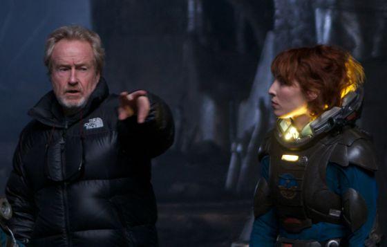 Ridley Scott da instrucciones durante el rodaje de 'Prometheus' a la actriz sueca Noomi Rapace.