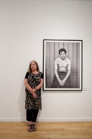 La fotógrafa chilena Paz Errázuriz delante de la foto que ha servido para el cartel de PHotoEspaña.