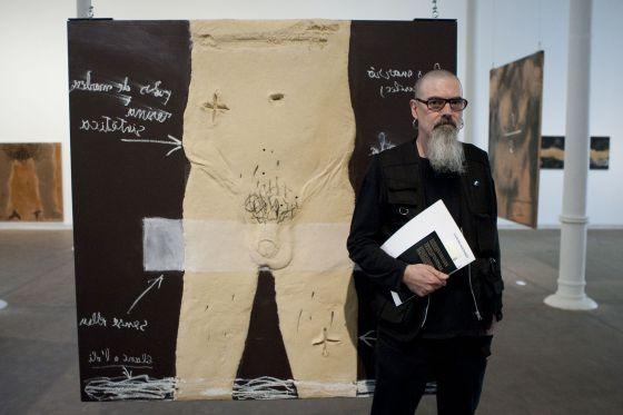 Miquel Tàpies, ante una de las obras de la muestra.