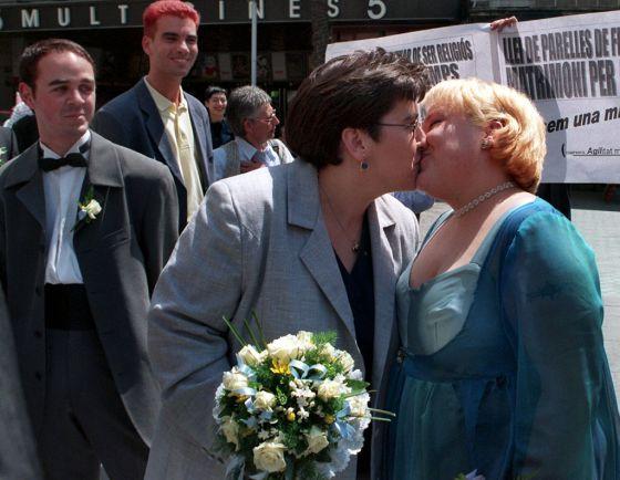Violan Flores y Montserrat Gutiérrez tras su boda, en la sala de plenos del Ayuntamiento de Badalona (Barcelona), la primera entre dos mujeres en España.
