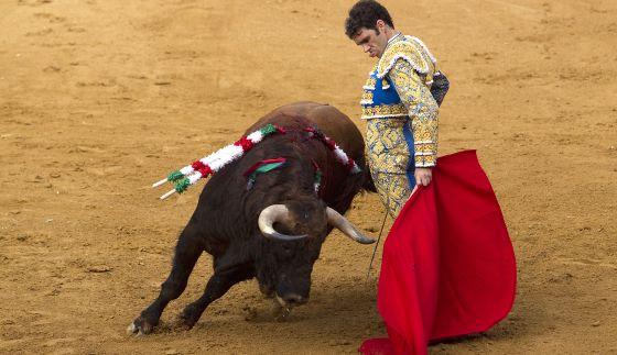 José Tomás, en su primer toro.