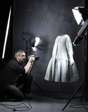 Manuel Outumuro durante la sesión fotográfica de los trajes de Balenciaga, en San Sebastián.