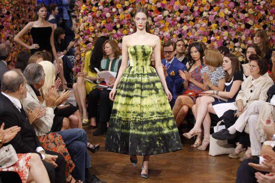 Una modelo presenta uno de los diseños de Raf Simons para Dior