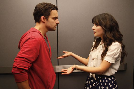 Jake M. Johnson y Zooey Deschanel, en un momento de 'New girl'