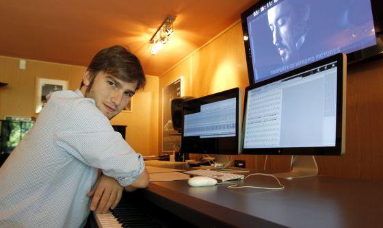 Lucas Vidal, en el sótano de la casa de sus padres, ante un fotograma de 'El enigma del cuervo'.