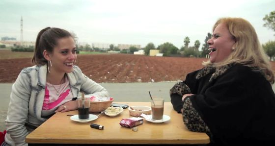 María León y Carmina Barrios, respectivamente hermana y madre de Paco León, en un momento de la película 'Carmina o revienta'.
