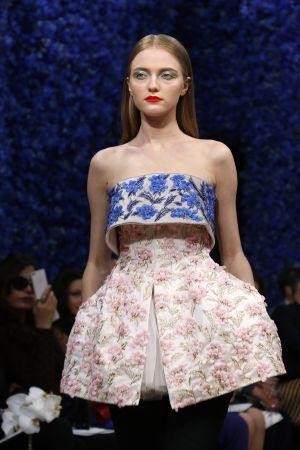 Modelo del desfile de alta cultura de Dior