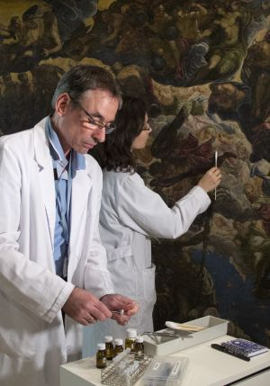 Limpieza de 'El Paraíso', de Tintoretto, en el Museo Thyssen-Bornemisza.