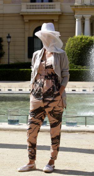 Una modelo luce una creación de la diseñadora Miriam Ponsa en el segundo desfile de la 080 Barcelona Fashion