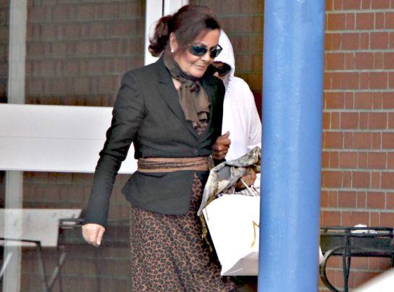La esposa del presunto ladrón del Códice, Remedios Nieto, de blanco y con gafas de sol, abandonando ayer la cárcel de Teixeiro