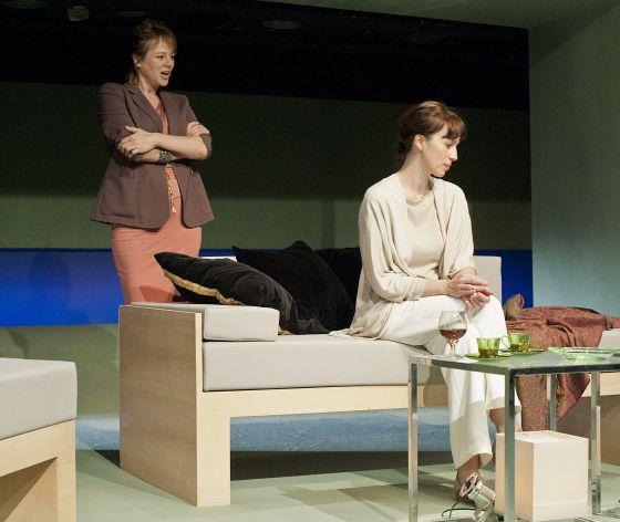 Emma Suárez y Ariadna Gil, en una escena de 'Viejos tiempos', de Harold Pinter.