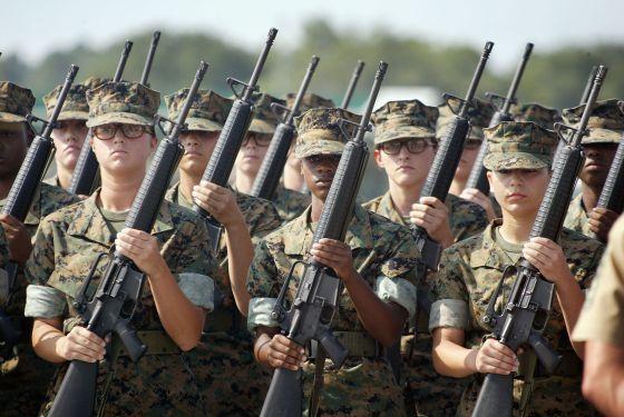 Un grupo de mujeres entrena para entrar en el cuerpo de los Marines estadounidense.