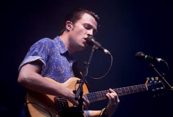 El cantante de la banda británica Macabees, Orlando Weeks, en el concierto de anoche en el Festival Internacional de Benicássim.