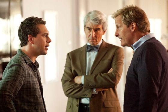 De izquierda a derecha, Thomas Sadoski, Sam Waterston y Jeff Daniels, en 'The newsroom'.