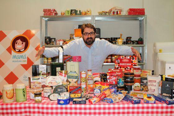 Alejandro Casanova, con algunos productos.