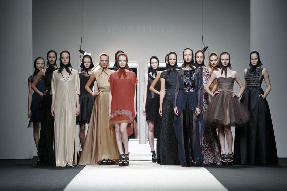 Las modelos lucen las creaciones del diseñador recientemente fallecido Jesús del Pozo para la colección primavera-verano de 2012 en la jornada inaugural de la pasada Cibeles Madrid Fashion Week.