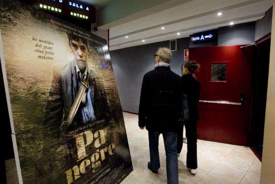 Público accediendo a una sala de cine.