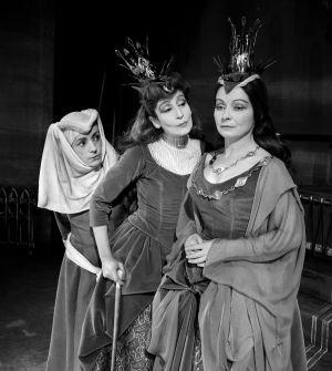 Tsilla Chelton (centro) en una representación de 'El rey se muere', de Ionesco, en 1962.