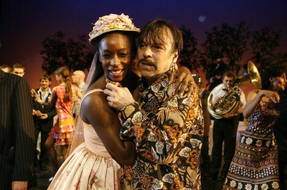 Los personajes protagonistas de la ópera punk, el joven Perhan (derecha) y su amada Azra.