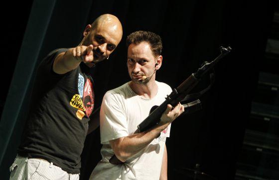 Dos actores ensayan antes del estreno de la ópera en el festival La mar de músicas.