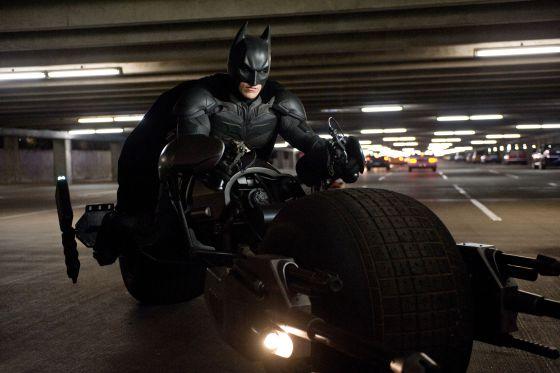 Christian Bale estrena moto en 'El caballero oscuro: la leyenda renace'.