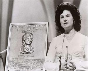 Kitty Wells, cuando fue incluida en el Salón de la Fama de la Música Country, en 1976.
