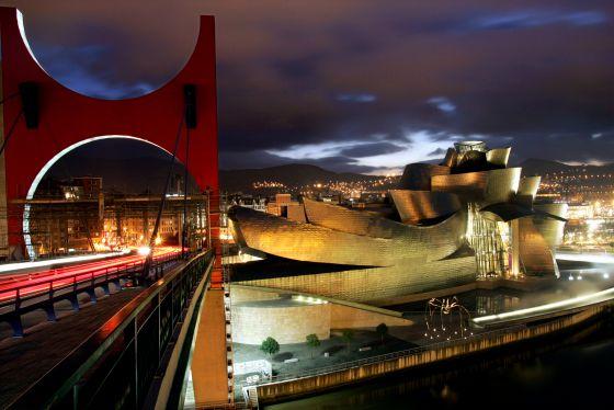 El Guggenheim al atardecer desde el puente de la Salve en su décimo aniversario.