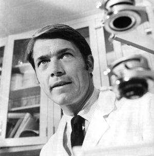 Chad Everett, como el doctor Gannon, en 1973.