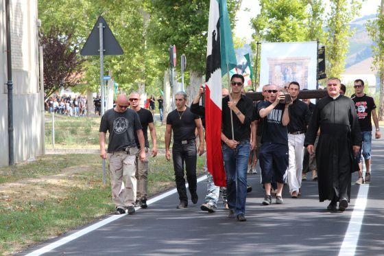 Simpatizantes de Mussolini manifestándose en Predappio.