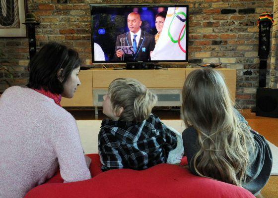Una familia ve los Juegos Olímpicos por televisión