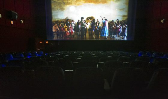 Una sala vacía durante la proyección de la película 'Flamenco', en unos cines de Málaga.