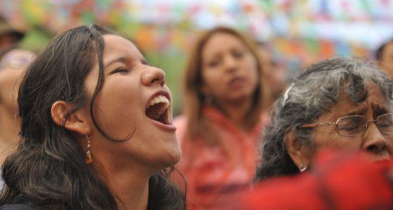 Una joven canta hoy durante el homenaje.