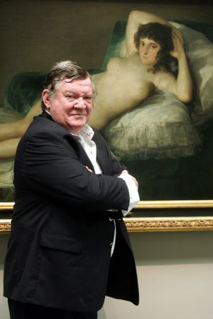 """Robert Hughes, delante de """"La maja desnuda"""" de Francisco de Goya."""