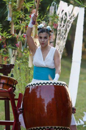 La artista Isabel Romeo, la princesa tejedora, en un momento de la función