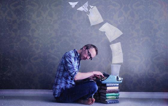 El azar, la necesidad, la picardía y la ingenuidad influyen en el estreno editorial de muchos escritores.