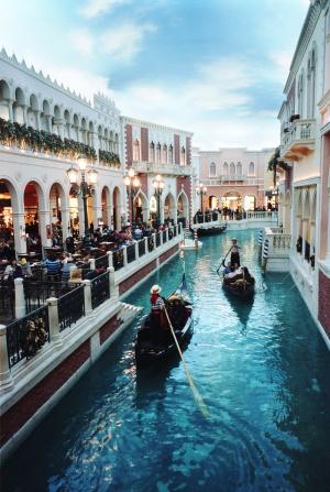 Adelson reinventó Venecia en un hotel-casino en el desierto de Nevada.