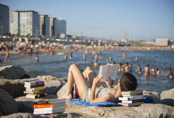 En verano los lectores se dividen en los estacionales, que devoran 'best sellers', y los fieles, que invierten en obras densas.