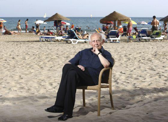 Zygmunt Bauman en la playa del Voramar, horas antes de participar en el festival de 'reggae' Rototom.