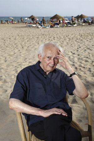 El pensador polaco Zygmunt Bauman, en la playa de Voramar.