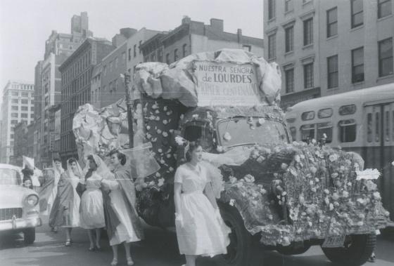 """Desfile conmemorativo de la asociación Nuestra Señora de Lourdes. En el cartel puede leerse """"Primer centenario 1858-1958"""". (Cortesía de Artur Balder)."""