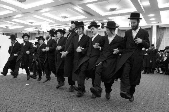 Un grupo de jasídicos baila en honor a la novia, durante una boda celebrada en Jerusalén en 2008.