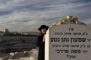 Un judío ultraortodoxo reza en el Monte de los Olivos.