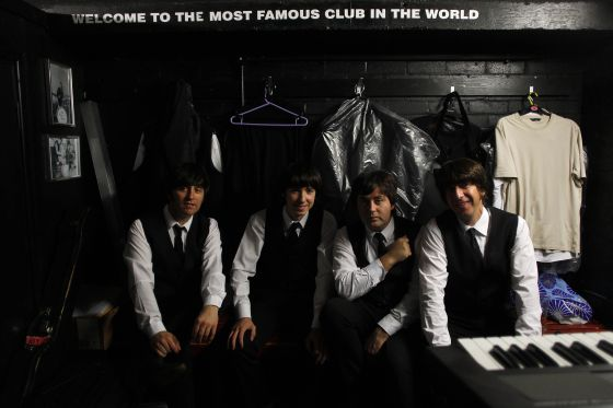 The Cavern Club Beatles en el camerino de la sala, momentos antes de su actuación, que sirvió el miércoles de apertura de la International Beatle Week.