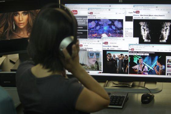 Una joven escucha música en YouTube