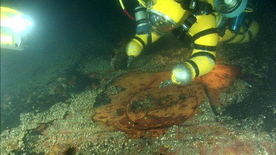 Uno de los buzos de la expedición se dispone a cortar el casco del 'Lusitania'.