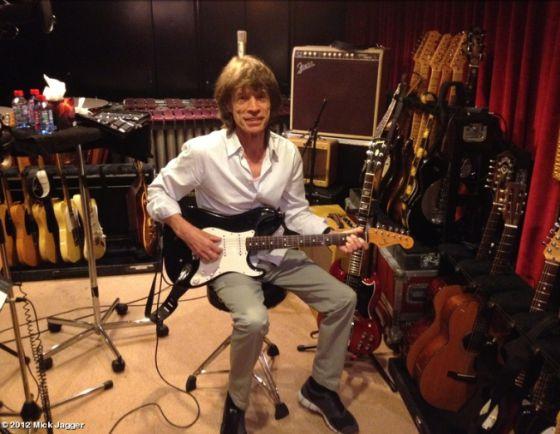 La foto que Mick Jagger ha colgado en Twitter y que le retrata en un estudio de grabación en París.