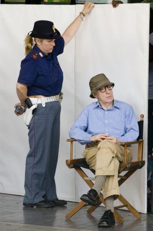 Woody Allen, en la estación Termini de Roma durante el rodaje de su película.