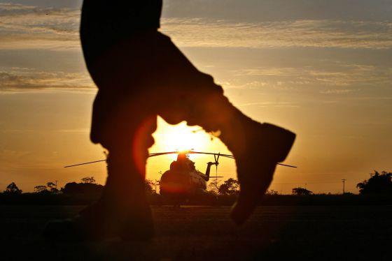 Un helicóptero durante la liberación de varios rehenes de las FARC en 2007.