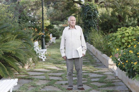 Juan Goytisolo en los jardines del Hotel Formentor, Mallorca.